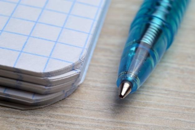 Stylo à bille sur un bloc-notes dans une cage. macrophotographie.
