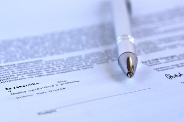Stylo à bille sur un contrat non signé