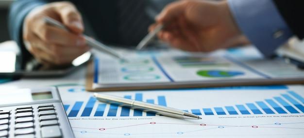 Stylo à bille documents statistiques financières