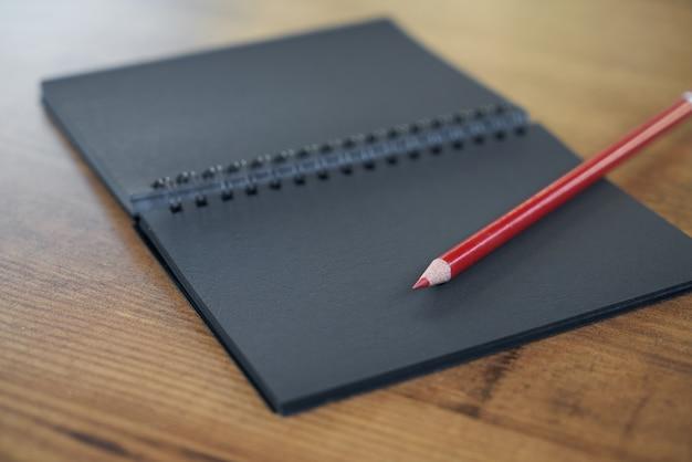 Stylo et bloc-notes sur la table