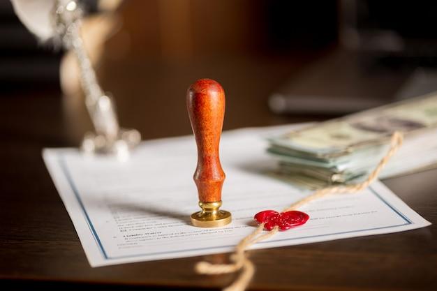 Stylo et cachet public du notaire sur testament et dernier testament. outils du notaire public.