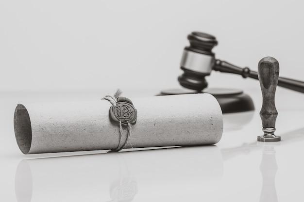 Stylo et cachet public du notaire sur testament et testament. outils du notaire public
