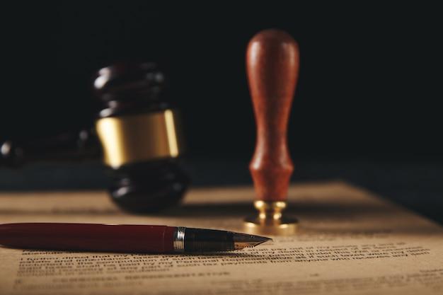 Stylo et cachet public du notaire sur testament et testament.