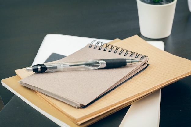 Stylo et cahier sur le bureau