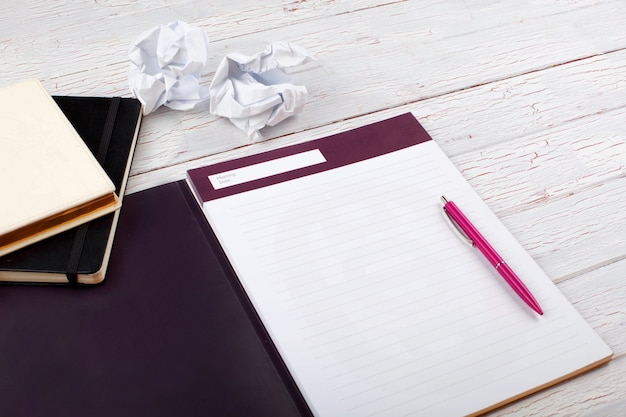 Le stylo, les cahiers et les papiers se tiennent sur la table