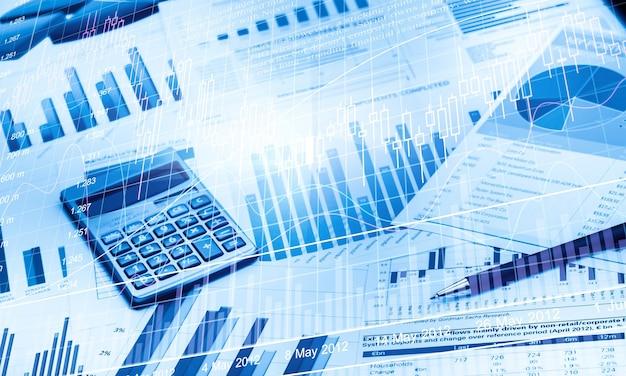 Stylo et calculatrice sur les graphiques et les graphiques commerciaux