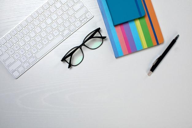Stylo et clavier de lunettes bloc-notes colorés