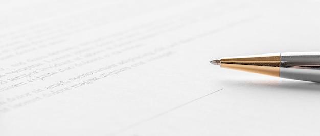 Stylo couché sur un contrat ou un formulaire de demande