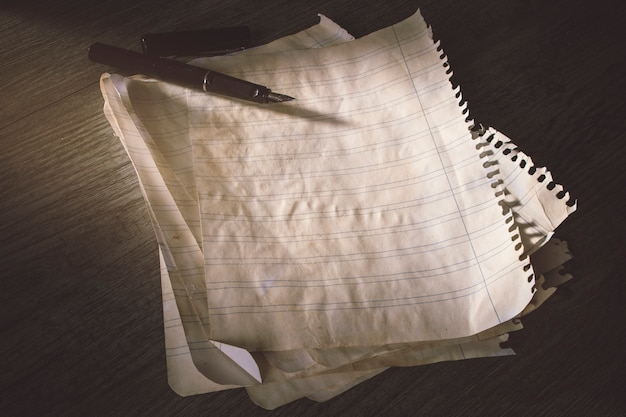 Stylo à encre sur vieux papier ligné