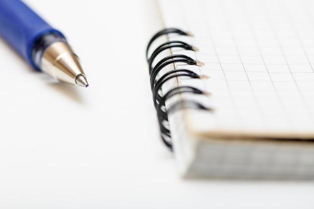 Le stylo est sur une page vierge du cahier