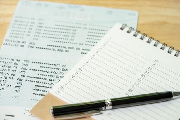 Un stylo est placé sur un classement de livre (liste). en utilisant comme concept d'entreprise de fond