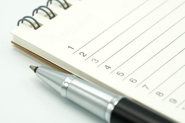 Un stylo est placé sur un classement de livre