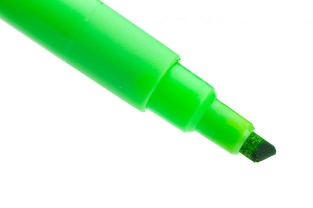 Stylo feutre vert sur surface blanche