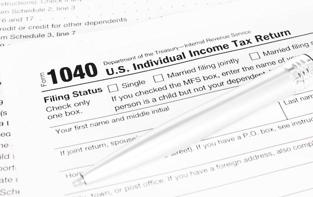 Stylo sur formulaire fiscal 1040.