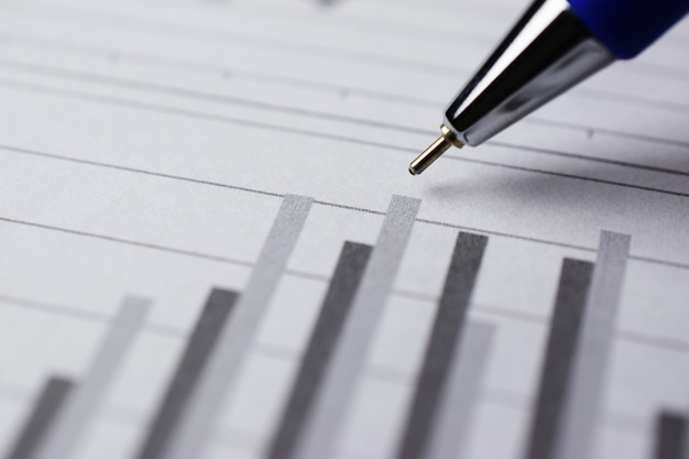 Stylo sur graphique à barres pour le concept d'analyse commerciale, gros plan