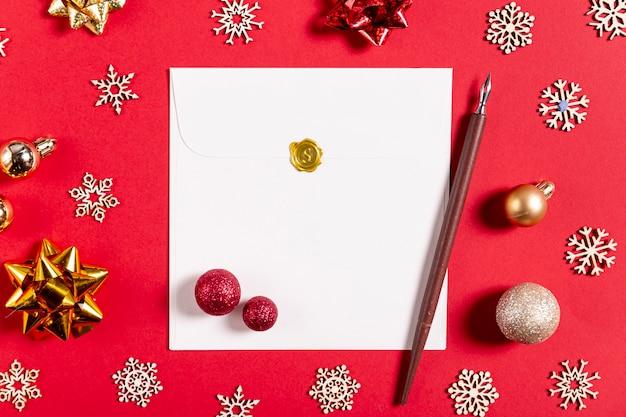 Stylo lettre et décorations de noël