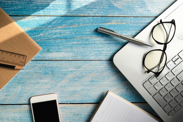 Stylo à lunettes et cahier au bureau