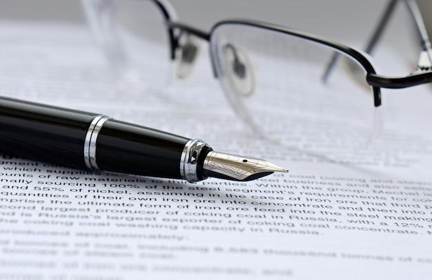 Stylo et lunettes sur papier