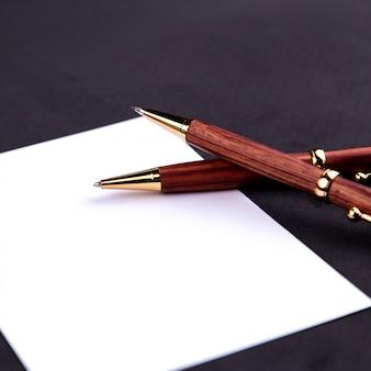 Stylo de luxe et porte-mine en bois et or avec une feuille de papier blanche