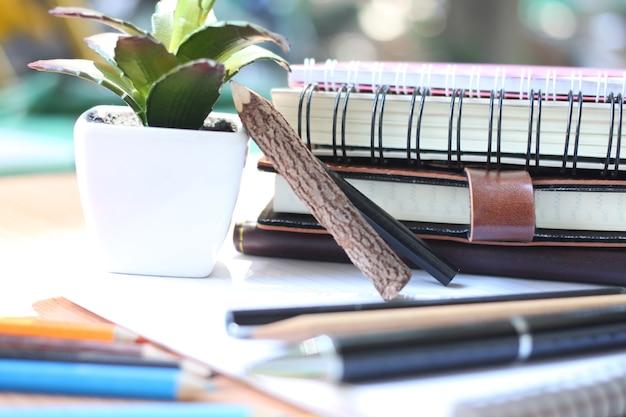 Stylo noir placé sur le cahier et les fournitures. retour au concept de l'école.