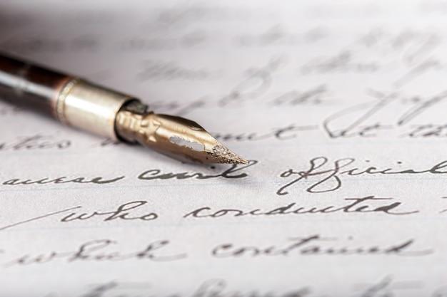Stylo-plume sur une lettre manuscrite antique