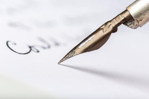 Stylo plume sur une lettre manuscrite antique