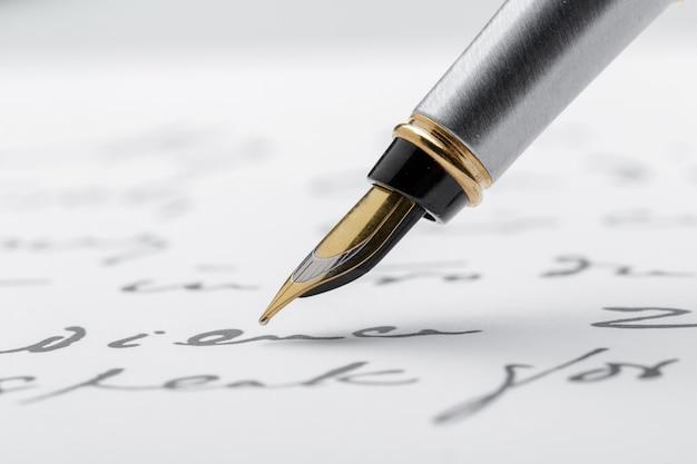 Stylo-plume sur une page écrite