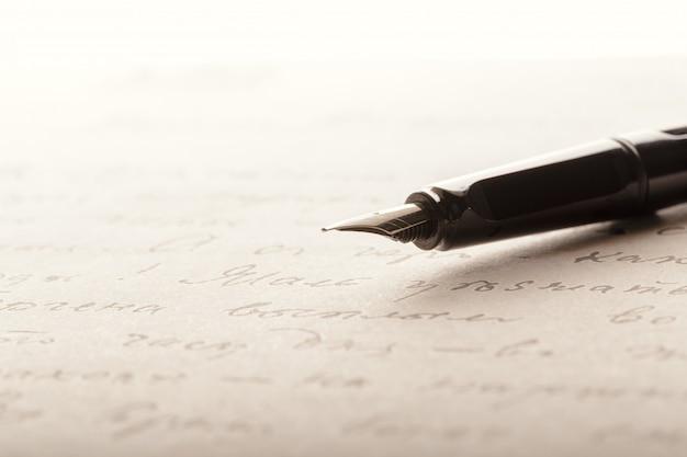 Stylo plume sur une page écrite