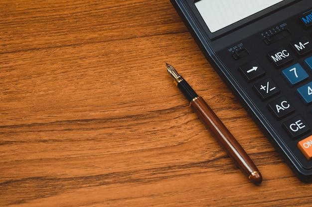 Stylo-plume ou stylo à encre avec calculatrice sur bois