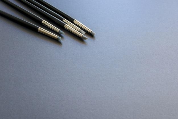 Le stylo à pointe de silicone d'art est isolé sur un fond gris foncé.