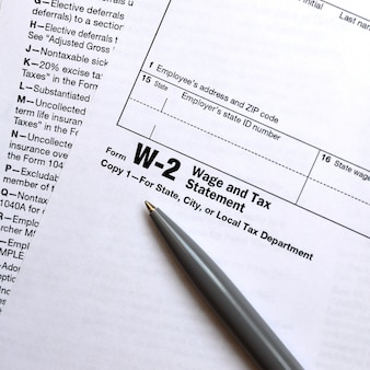 Le stylo se trouve sur le formulaire d'impôt w-2 déclaration de salaire et d'impôt.