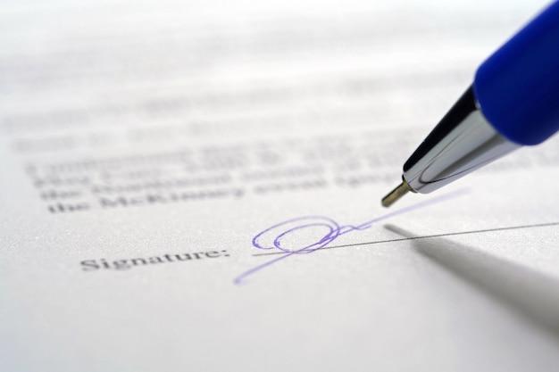 Stylo et signature sur feuille de papier