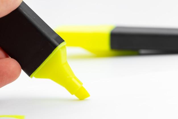 Stylo surligneur jaune et doodles isolé sur fond blanc