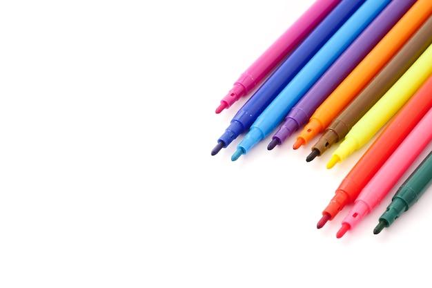 Stylos colorés magiques sur un fond blanc. espace libre pour le texte