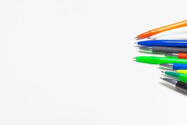 Stylos de différentes couleurs isolés sur blanc