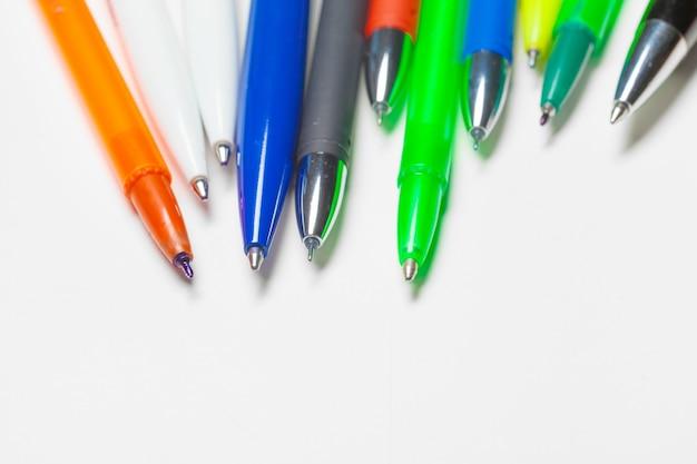 Stylos de différentes couleurs isolés sur fond blanc