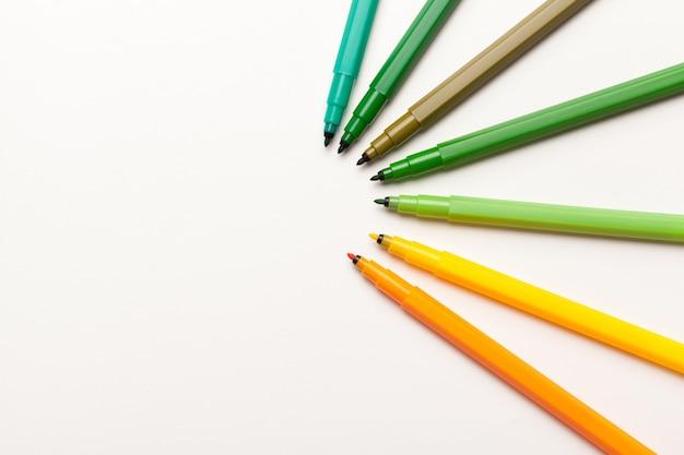 Stylos en feutre coloré isolés sur un gros plan blanc