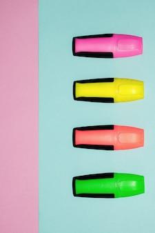 Stylos feutre multicolores sur fond rose et bleu pastel. marqueurs colorés