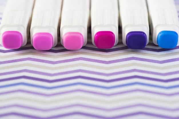 Stylos marqueurs couleurs isolé sur fond de papier