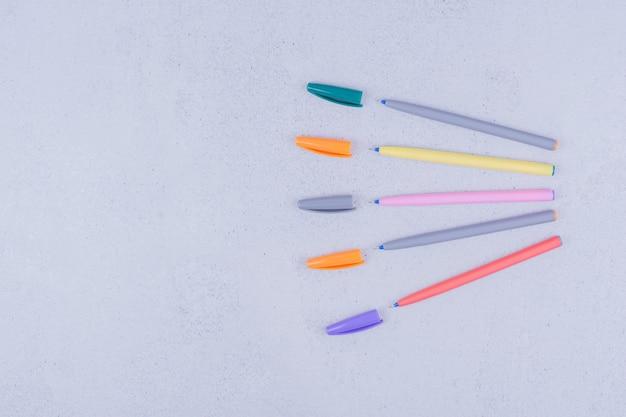 Stylos multicolores pour la coloration de mandala sur gris.