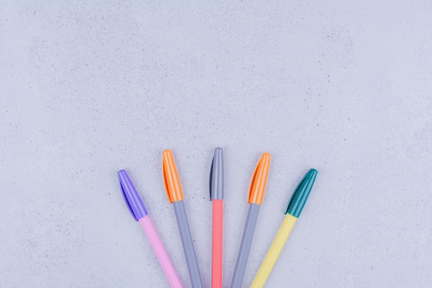 Stylos multicolores pour mandala isolé sur surface grise