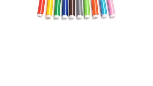 Stylos à pointe en feutre multicolore sur espace blanc.