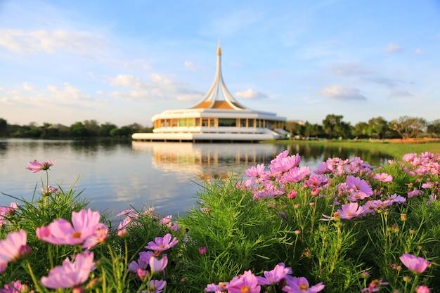 Suan luang rama ix, un parc où les habitants de bangkok peuvent se détendre et faire de l'exercice