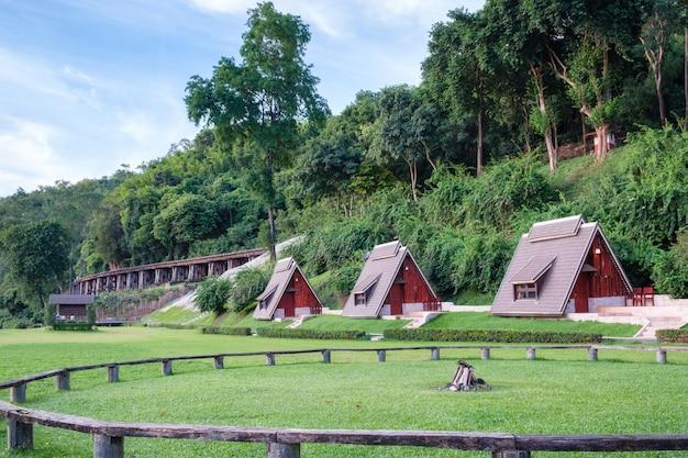 Suan sai yok, station balnéaire de la rivière kwai avec une histoire du chemin de fer de la seconde guerre mondiale