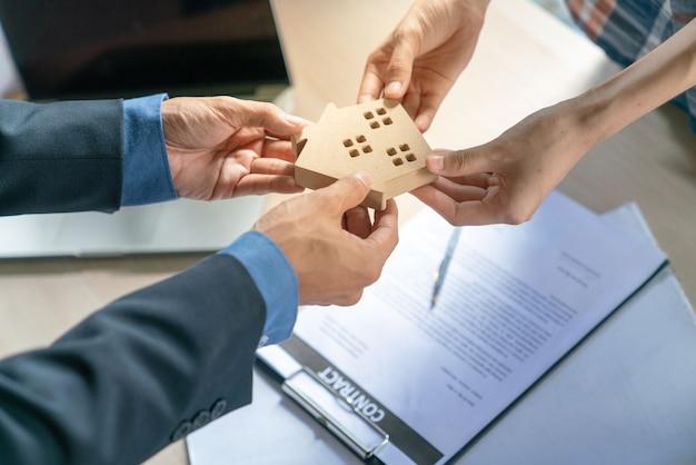Succès de l'agent immobilier pour transférer le projet de construction fini à l'acheteur