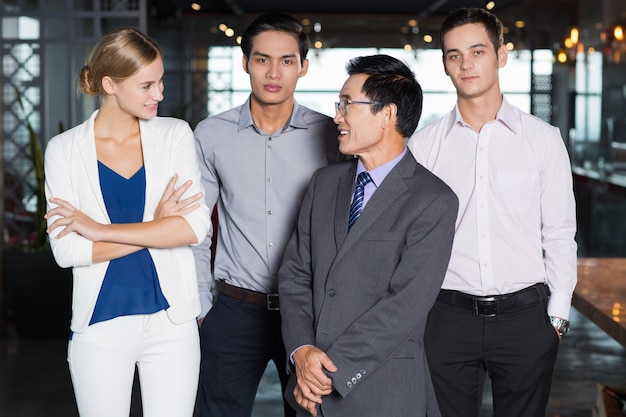 Le succès business team standing together