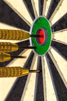 Succès frapper la cible objectif objectif réalisation concept arrière-plan - fléchettes dans l'oeil de boeuf se bouchent