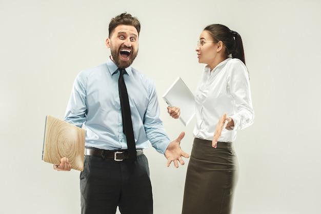 Succès gagnant femme et homme heureux extatique célébrant être un gagnant