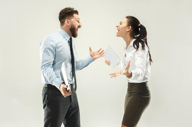 Succès gagnant femme et homme heureux extatique célébrant être un gagnant.