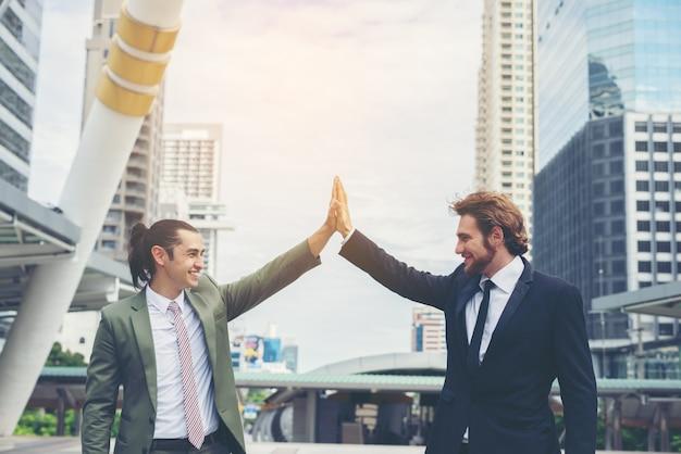 Succès de happy businessman avec deal together. succès commercial et concept d'objectif